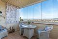 Utgang fra stuen til stor innglasset balkong med gode solforhold og flott...