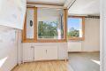 Leiligheten har store vindusflater som gir gode lysforhold i leiligheten.