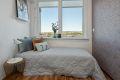 Soverommet har god plass til dobbeltseng og flott utsikt fra vinduet.