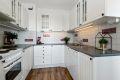 Lyst og pent kjøkken med hvitevarer som følger med.