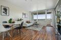 Stuen har store vindusflater som slipper inn rikelig med naturlig lys.