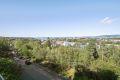 En helt fantastisk utsikt fra leiligheten. Man har omtrent 180 graders utsikt mot blant annet Oslofjorden, Holmenkollen og oppover Groruddalen. I Sigrid undsets vei er det godt med gateparkering.