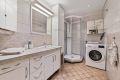 Pent flislagt bad fra 2000 med god skapplass, servant, dusjkabinett og opplegg til vaskemaskin.