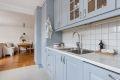 Kjøkken med god skap og benkeplass. Kjøkkenet er fra Norema (2010) og ble malt i 2015.