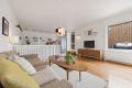 En romslig og lys stue med god plass til både sofagruppe og spisestue.