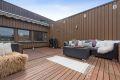 Stor, skjermet og solrik terrasse på hele 23 kvm. Her er det god plass til både loungemøbler og spisebord.