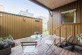 Hyggelig og pent opparbeidet atrie med terrasse på 12 kvm, inngang og utebod.