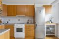 Kjøkkeninnredning med finerte/glass fronter. Laminat benkeplate med dobbel oppvaskkum og ett greps blandebatteri. Fliser over benkeplate, ventilator med kullfilter. Opplegg for oppvaskmaskin.