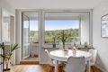 Lys, luftig og innbydende stue med store vindusflater som slipper inn godt med naturlig lys.