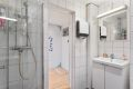 Bad med dusjnisje og innfellbare dører i herdet glass