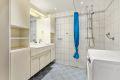 Flislagt bad som ble rehabilitert og utvidet i regi av borettslaget i 2012. Elektrisk gulvvarme og innfelte downligts i himling