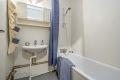 Bad med badekar og veggmontert dusj