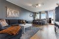 Romslig stue med gode lysflater og utgang balkong