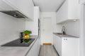 Kjøkkenet byr på god oppbevaringsplass i skuffer, over- og underskap samt arbeidsflater som innbyr til matlaging.