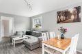 Lys og tiltalende stue med god plass til spisebord og sofagruppe. Stuen har en god romfølelse og godt med naturlig dagslys fra de store vindusflatene.