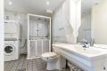 Bad/wc består av dusjkabinett med forheng, servant med underskap, speil, overlys, veggskap, wc, opplegg for vaskemaskin og skyvedørsgarderobe.