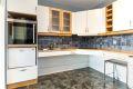Kjøkkeninnredning er handikaptilpasset med automatisk hev-senk funksjon på skap. Integrert stekeovn, koketopp og fryseskap.