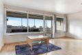 Stue med store vindusflater som gir godt med lysinnslipp.