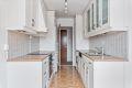 Kjøkkenet har også direkte adkomst til gangen. Pen innredning med profilerte fronter.