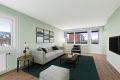 En lys, romslig leilighet som med enkle midler kan bli veldig fin, her er stuen digitalt oppusset med ny farge på vegger og gulv - Så flott kan det bli!