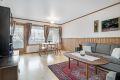 Romslig stue med mye vinduer som slipper godt lys inn i boligen!