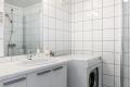 Pent flislagt bad/wc fra 2007 med varmekabler i gulvet og opplegg for vaskemaskin.