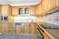 Kjøkkenet har godt med både benke- og skapplass.