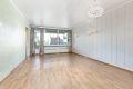 Stuen er av god størrelse med plass til både sofagruppe og spisebord.