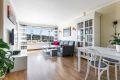 Lys og romslig stue med plass for sofa og spisebord