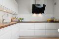 Pent og moderne kjøkken fra HTH nytt i 2013. Slette fronter med mosaikkfliser over heltre benkeplate, nedfeldt oppvaskkum, integrerte hvitevarer medfølger.