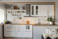 Kjøkkeninnredning fra 2018 med heltre benkeplate m/marmorfliser over, ventilator i stål og integrert stekeovn, induksjonskoketopp, mikroovn og oppvaskmaskin.