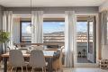 Store vindusflater gir rikelig med lys til leiligheten.