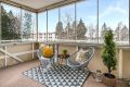 Fra stuen er det utgang til en nordvestvendt innglasset balkong på ca. 9,5 kvm med gode solforhold.