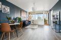 Stuen har god plass til både sofagruppe og spisebord.