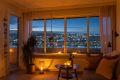 Stemningsbilde fra stuen der man kan nyte den flotte utsikten!