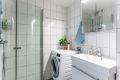 Pent flislagt bad/wc med varmekabler i gulvet. Bad/wc er rehabilitert i regi av borettslaget i 2010 med nytt røropplegg, sanitærutstyr, innredning, overflater, membranløsninger, sluk og røropplegg.