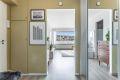 Velkommen inn i det som kan bli ditt nye hjem! Her vil du få et godt førsteinntrykk. I entreen er det dørcalling, samt oppheng til yttertøy og originalt plassbygget skap.