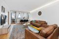Stor og romslig stue med god plass til sofagruppe med tilhørende møblement. Utgang til innglasset balkong.