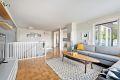 Romslig og åpen stue med store vindusflater som gir godt med naturlig lys inn i boligen.