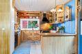 Praktisk og romslig kjøkken med rikelig med benkeplass