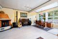 Stuen er luftig med store vindusflater som gir rikelig med naturlig lys
