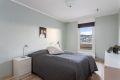 Stort soverom på ca. 12 kvm gir gode møbleringsalternativer og fin plass til dobbeltseng. Rommet er nyoppusset med parkettgulv og malte veggflater.
