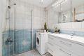 Flislagt bad med varmekabler pusset opp i regi av borettslaget. Opplegg vaskemaskin