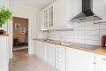 Kjøkken med integrert platetopp. Opplegg oppvaskmaskin. .