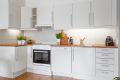Stilren og tidløs lys kjøkkeninnredning. Oppvaskmaskin og komfyr medfølger