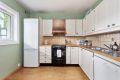 Kjøkkenet er eldre og har innredning med profilerte, sprøytelakkerte fronter, heltre benkeplate med nedfelt kum i rustfri stål. Flisefelt over benkeplate. Ventilatorhette i kobber over komfyr. Opplegg for oppvaskmaskin.