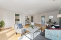 Stor og innydende stue med flere møbleringsalternativ.