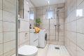 Baderom er utstyrt med dusjhjørne, veggmontert toalett, heldekkende servant, speilskap med lysarmatur, servantskap og høyskap med speilfronter. Opplegg for vaskemaskin.
