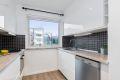 Kjøkken er utstyrt med integrert platetopp, stekeovn og opplegg til oppvaskmaskin og plass til frittstående kjøle-/fryseskap. Ventilator over stekesone.