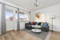 Lys og tiltalende stue med god plass til både sofagruppe og spisestuebord ved ønske om det.